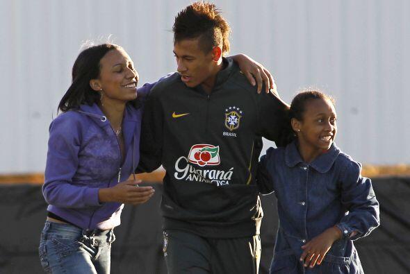 El atacante brasileño Neymar fue la sensación entre las fanáticas de la...