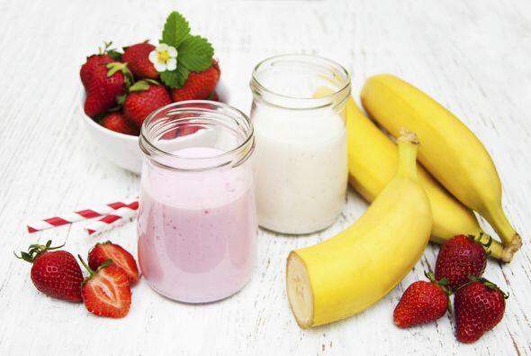 Banana smoothie: combina en tu 'blender' 2 tazas de leche de coco, 1 ½ t...