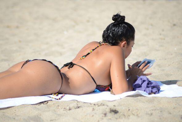 La periodista de deportes se dio un chapuzón en las playas de Mia...