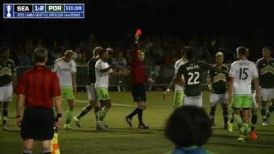 Clint Dempsey pierde la cabeza y le rompe la libreta al árbitro en la Op...