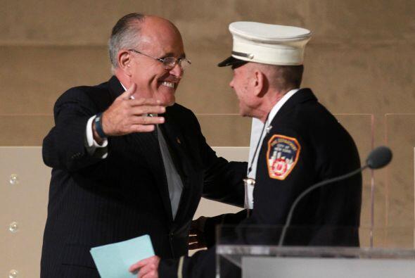 El exgobernador de NY, Rudolph Giuliani, da un abrazo a Mickey Kross, de...