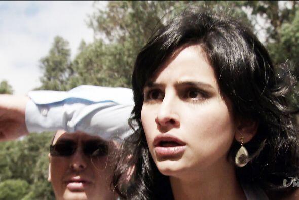 Ángela se moría de la angustia, pues no veía salir a Mariana del edifici...