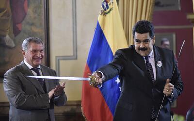 Nicolás Maduro juega con una espada que le dio de regalo Igor Sec...