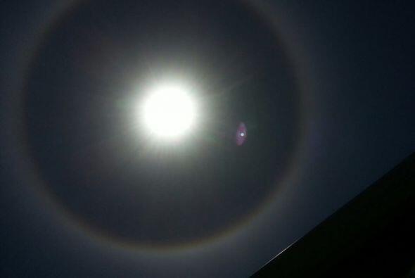 El Halo solar es un fenómeno óptico que es causado por par...