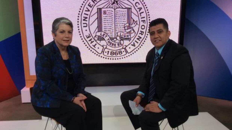 Janet Napolitano junto a Julio Cesar Ortiz, de Noticias 34.
