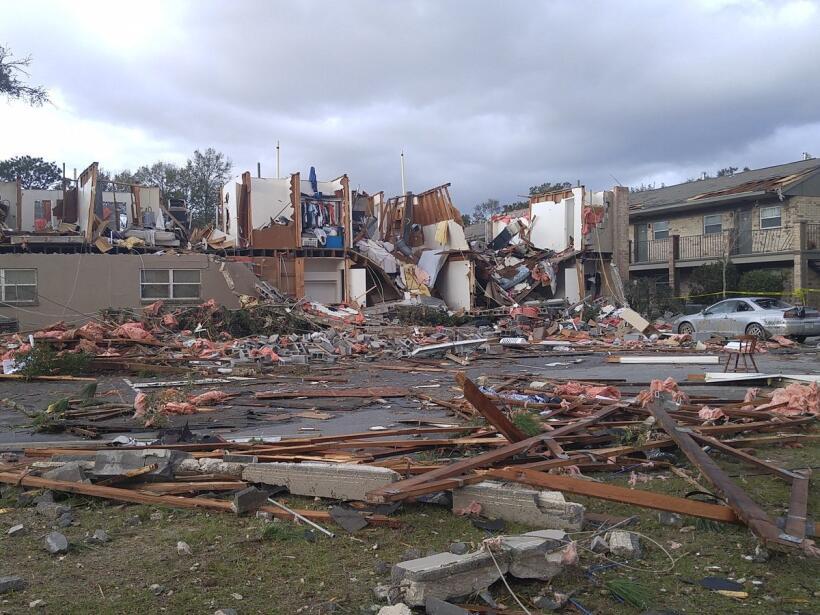 El paso de un tornado en Pensacola dejó varias casas destruidas y...