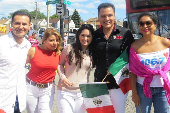 Talento de Univision dijo presente en el desfile de La Villita.
