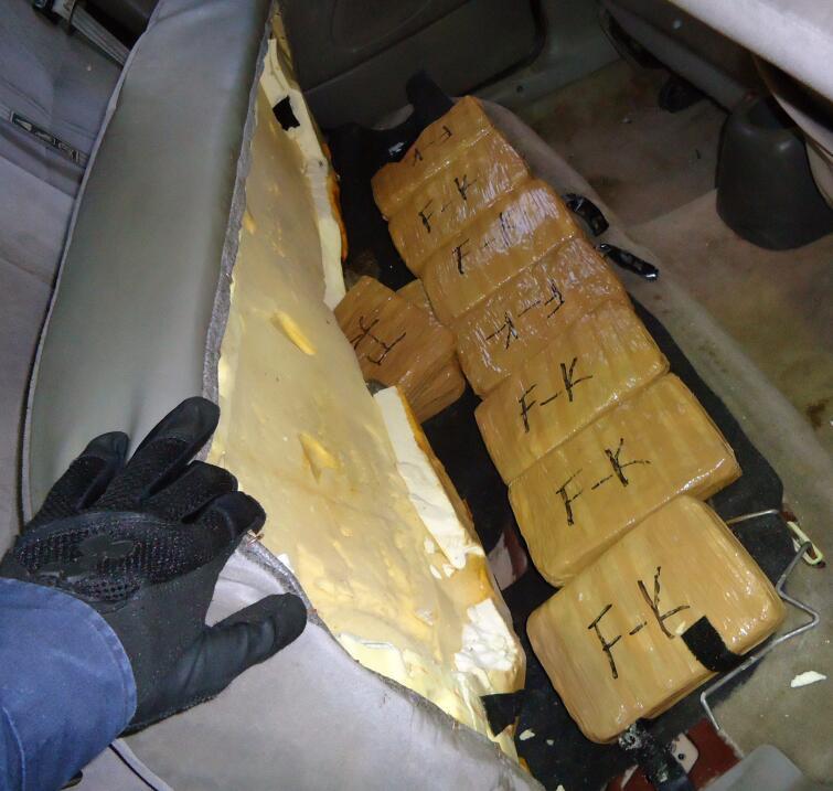 """Paquetes marcados con """"F-K"""" estaban en el asiento trasero."""