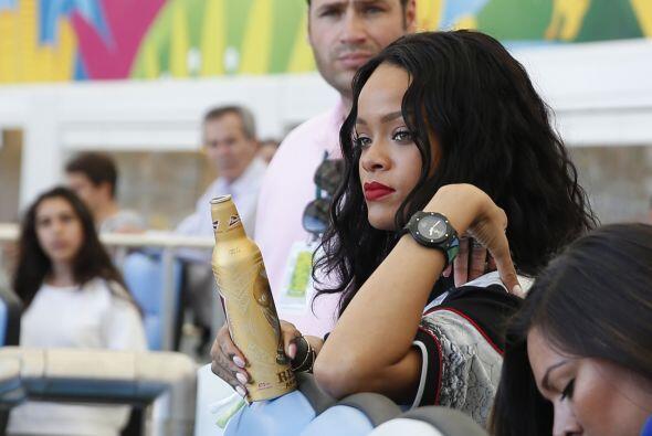 """La cantante se relajaba con unos """"drinks"""". Mira aquí los videos más chis..."""