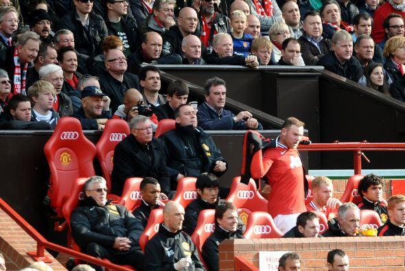 Incluso, Wayne Rooney salió de cambio y se veían grises miradas en el ba...