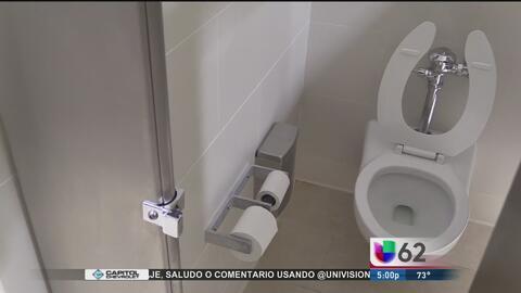 Legisladores texanos aprueban una ley que regularía el uso de baños para...