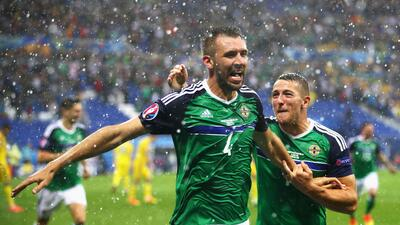 Irlanda del Norte se impuso 2-0 a Ucrania en partido interrumpido por granizo