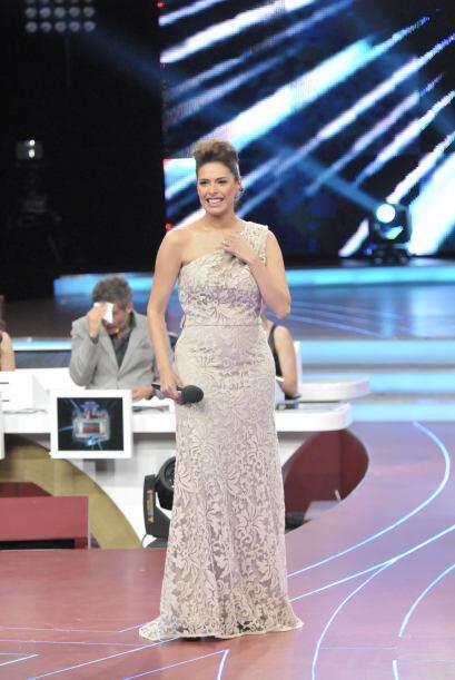 ¡Este vestido en una tonalidad gris la hacía lucir muy sexi!
