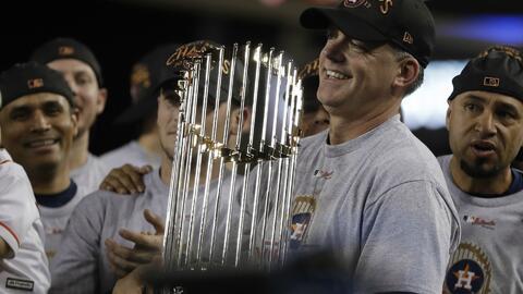 A.J. Hinch, manager de los Astros, sostiene el trofeo de campeón de la MLB.