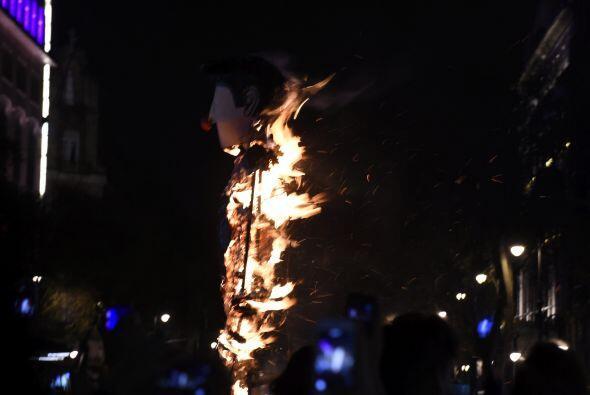 Cuando los contingentes se congregaron en el Zócalo, una figura con la i...