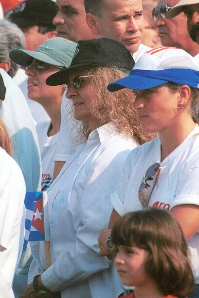 Dalia Soto del Valle escucha los discursos del 1 de mayo de 2002 en la P...