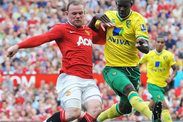 Rooney y su fuerza no pudieron penetrar a la fuerte y segura defensa del...