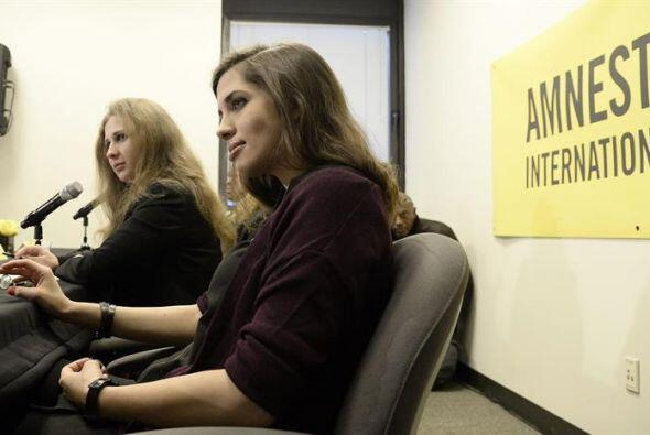 Las activistas rusas del grupo Pussy Riot Maria Alyokhina y Nadezhda Tol...