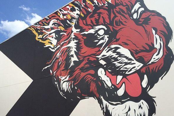 Las paredes de la escuela están siendo pintadas por un ejército de artis...