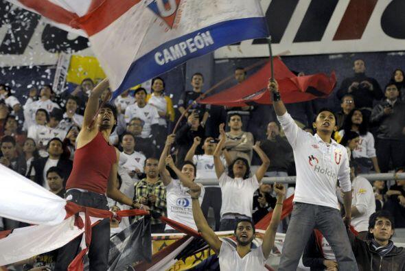 Algunos aficionados de Liga llegaron al estadio de Vélez a alentar a su...