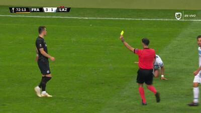 Tarjeta amarilla. El árbitro amonesta a Filip Kostic de Eintracht Frankfurt
