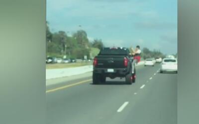 Autoridades buscan al pasajero de una camioneta que hizo una peligrosa m...