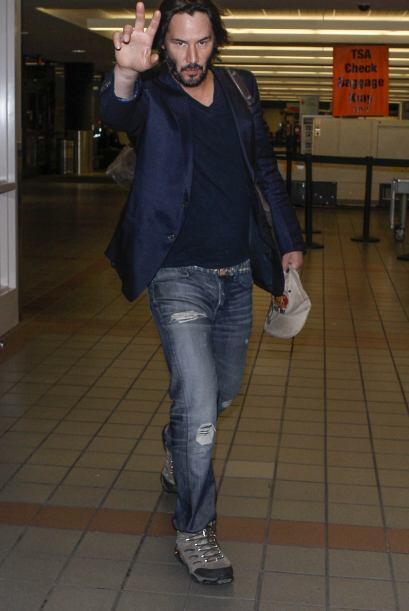 No sabemos qué le luce peor a Keanu Reeves, si los pantalones rotos o es...