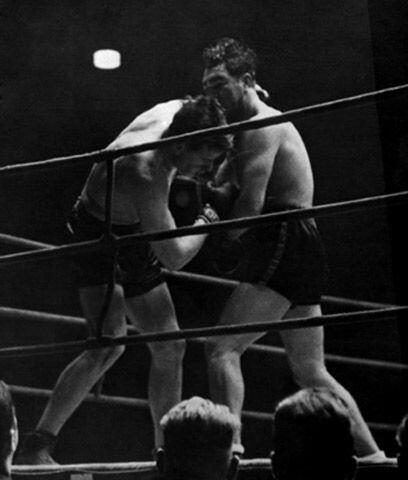 El golpe bajoEl estadounidense Jack Sharkey peleó por el título mundial...