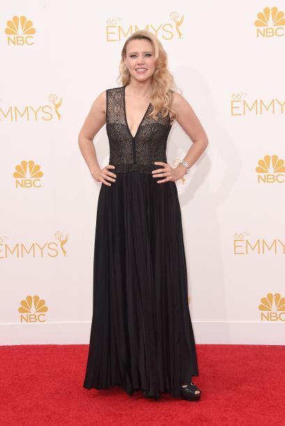 Kate Mckinnon eligió un vestido negro con un sugerente escote.
