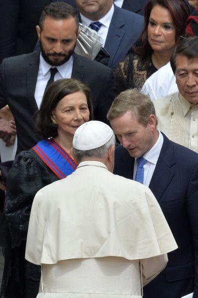 Después de la ceremonia, el Papa se acercó a saludar a algunas de las pe...