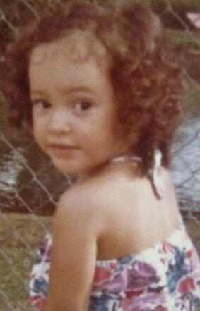 Esta pequeñita de ojos expresivos nació en Honduras.