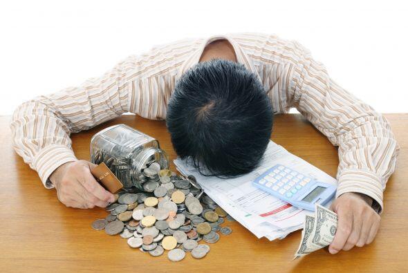 Paga tus deudas. Difícilmente puedas comenzar un plan de ahorro si debes...