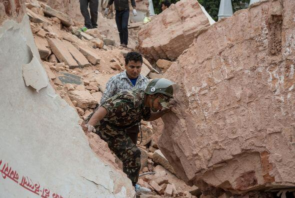 La búsqueda de sobrevivientes en Katmandú es una carrera contra el tiempo.