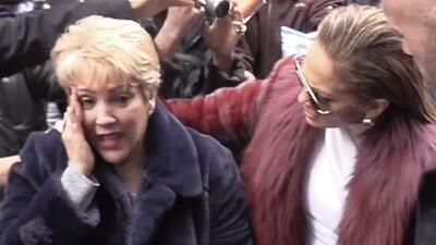 Tremendo codazo recibió la mamá de JLo en un alboroto de fans por ver a la 'Diva del Bronx'