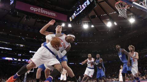 Carmelo Anthony con el balón en el juego de Knicks contra Magic.