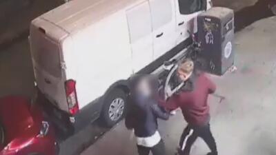 En video: Sujeto golpea violentamente y le roba las gafas a un hombre en plena calle
