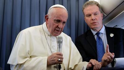 El Papa recomienda la psiquiatría para tratar la homosexualidad en niños y el Vaticano lo corrige