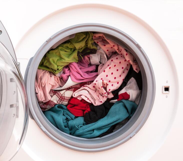 Ten cuidado de no sobrecargar la lavadora, ya que puede dañar la ropa. L...