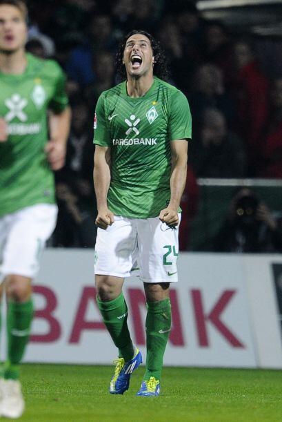 También realizó un triplete en la victoria de su equipo Werder Bremen.