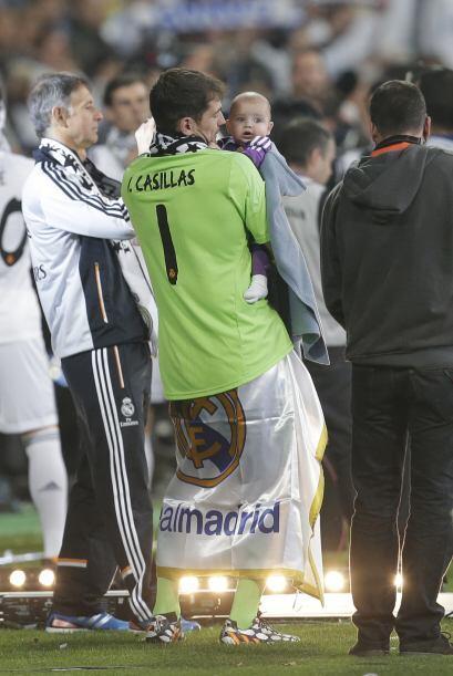 Pues su papá se lo llevó a los festejos del Real Madrid al obtener la Li...