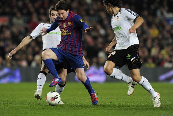 Messi no encontraba quién lo pudiera detener en el mano a mano.