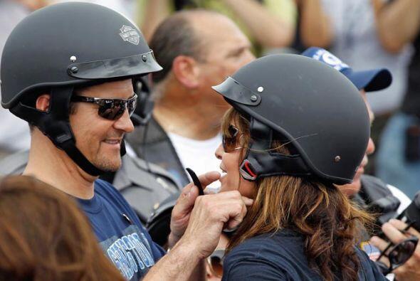 Todd Palin le ayudó a su esposa a ajustar el casco cuando hizo falta.