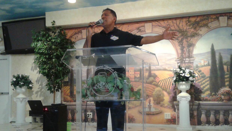 Óscar Benavides, liderando el servicio dominical en Las Vegas, Nevada