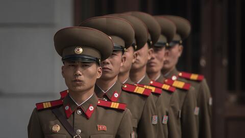 Militares norcoreanos participan en una marcha militar el 15 de abril de...