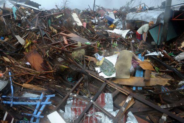 El tifón azotó Filipinas con ráfagas de viento de h...