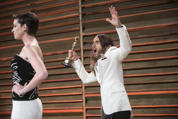 Y Anne posando dota elegante con su vestido impecable, mientras a sus es...