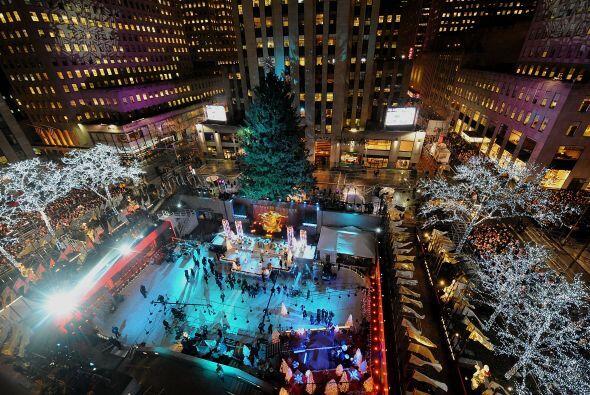 Miles de personas se reunieron en el corazón de Manhattan para encender...