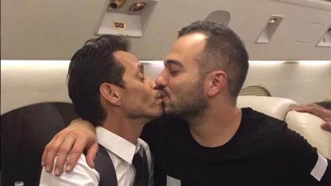 Uno de los besos que Marc Anthony compartió después del momento épico co...