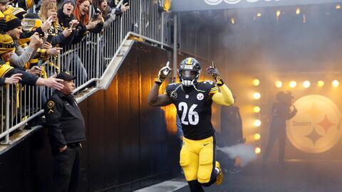 El corredor de los Pittsburgh Steelers, Le'Veon Bell, salta al terre...