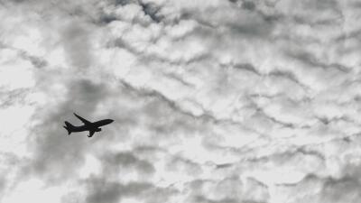 Avión pierde control y aterriza fuera de la pista en aeropuerto de Nashv...